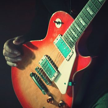 a-person-with-an-electric-guitar-CYEECVL Kopie-min