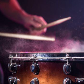 the-drummer-plays-the-drums-HCJRYQR Kopie-min